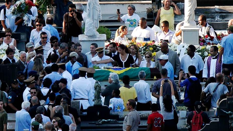 Enterro de Niemeyer com a presença de amigos e familiares no cemitério São João Batista, no Rio de Janeiro
