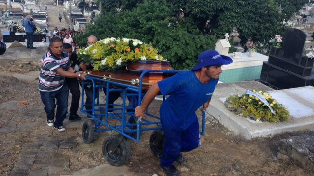 Enterro de Paulo Malhães, coronel da reserva do exército, neste sábado, no cemitério de Nova Iguaçu, na Baixada Fluminense