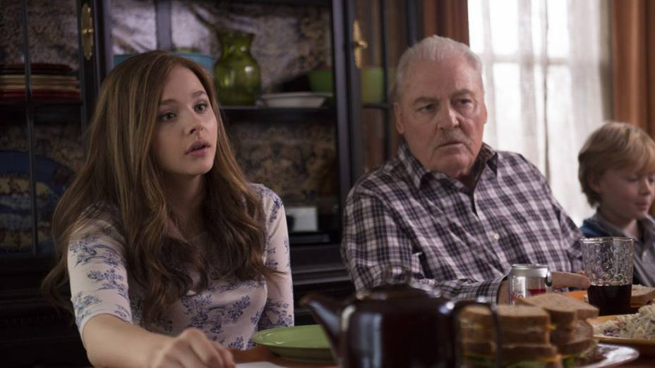 Os atores Stacy Keach e Chloë Grace Moretz em cena do filme Se Eu Ficar