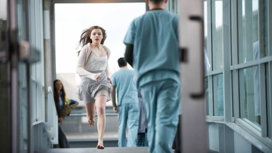 A atriz Chloë Grace Moretz em cena do filme Se Eu Ficar
