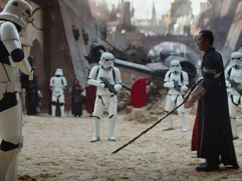O ator Donnie Yen em cena do filme Star Wars: Rogue One