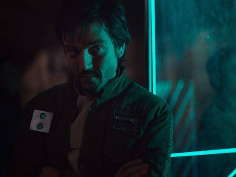 O ator Diego Luna em cena do filme Star Wars: Rogue One