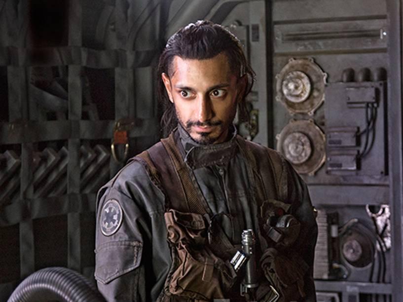 O ator Riz Ahmed em cena do filme Star Wars: Rogue One