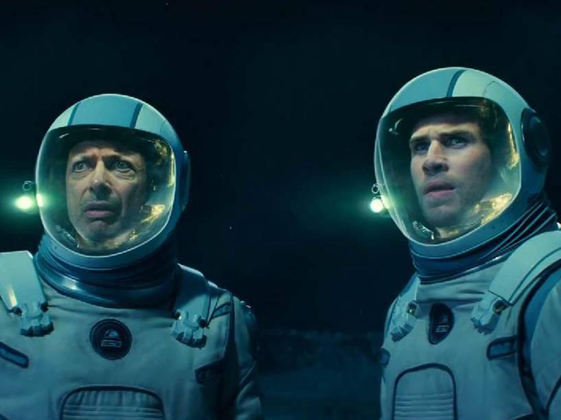 Os atores Liam Hemsworth e Jeff Goldblum em cena do filme Independence Day - O Ressurgimento