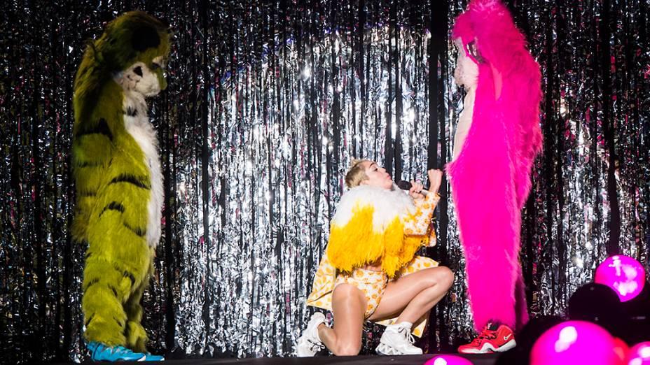 A cantora Miley Cyrus faz movimentos eróticos durante sua apresentação no Anhembi, em São Paulo