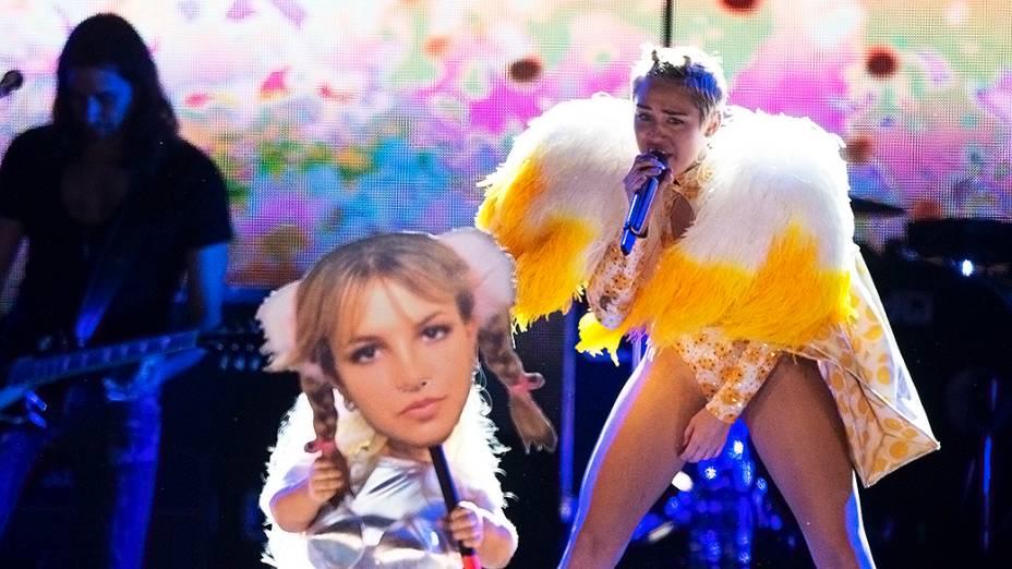 Uma anã aparece segurando uma máscara com o rosto da cantora Britney Spears, durante o show de Miley Cyrus no Anhembi, em São Paulo