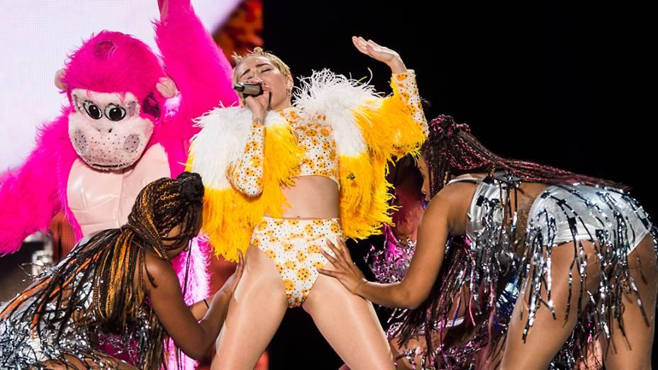 A cantora Miley Cyrus sensualiza durante sua apresentação no Anhembi, em São Paulo