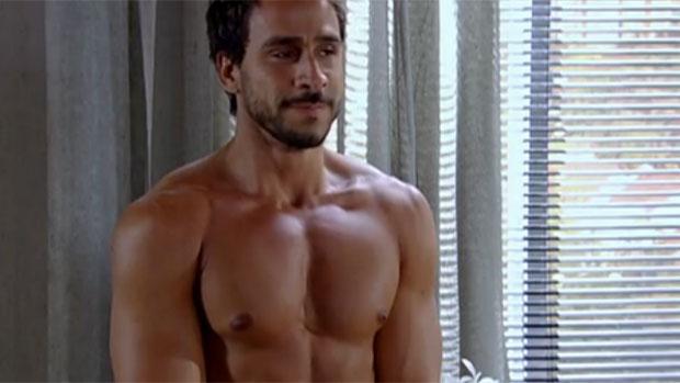 Enzo (Julio Rocha) tira a roupa em teste para modelos