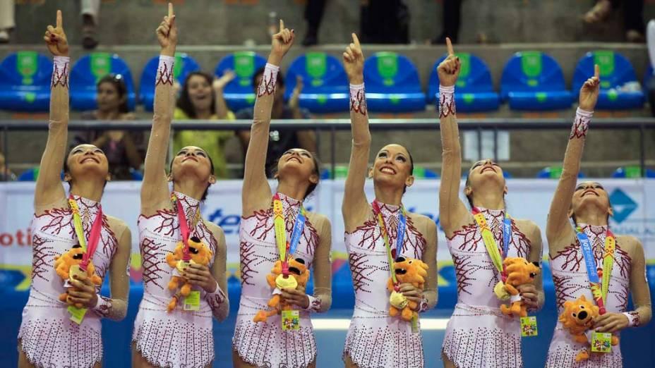 Equipe brasileira de ginástica comemora medalha de ouro pela apresentação em equipe com bola, no terceiro dia dos jogos Pan-Americanos em Guadalajara, no México, em 17/10/2011
