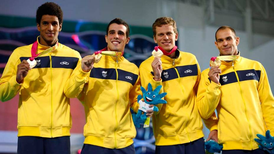 Equipe brasileira masculina de natação comemora medalha de ouro pela prova de revezamento de 100 metros, no terceiro dia dos Jogos Pan-Americanos em Guadalajara, México, em 17/10/2011