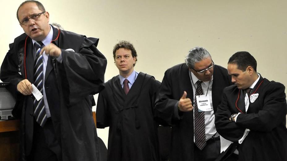 Ércio Quaresma (à esq.) comanda a defesa do ex-policial Bola