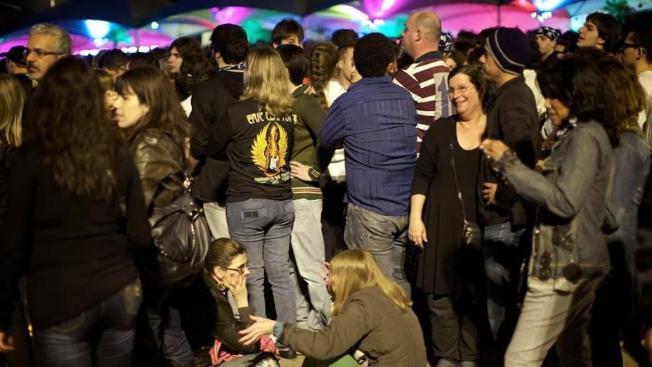 Fãs aguardam o ínicio do show de Eric Clapton em Porto Alegre, em 06/10/2011