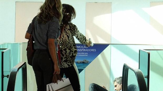 Érica (Flávia Alessandra) sofre um atentado no shopping, mas a delegada-Chapolin Helô (Giovanna Antonelli) surge por lá