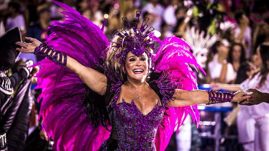 A atriz Suzana Vieira durante desfile da Acadêmicos do Grande Rio, pelo Grupo Especial, na Marquês de Sapucaí no Rio de Janeiro (RJ), neste domingo (02)