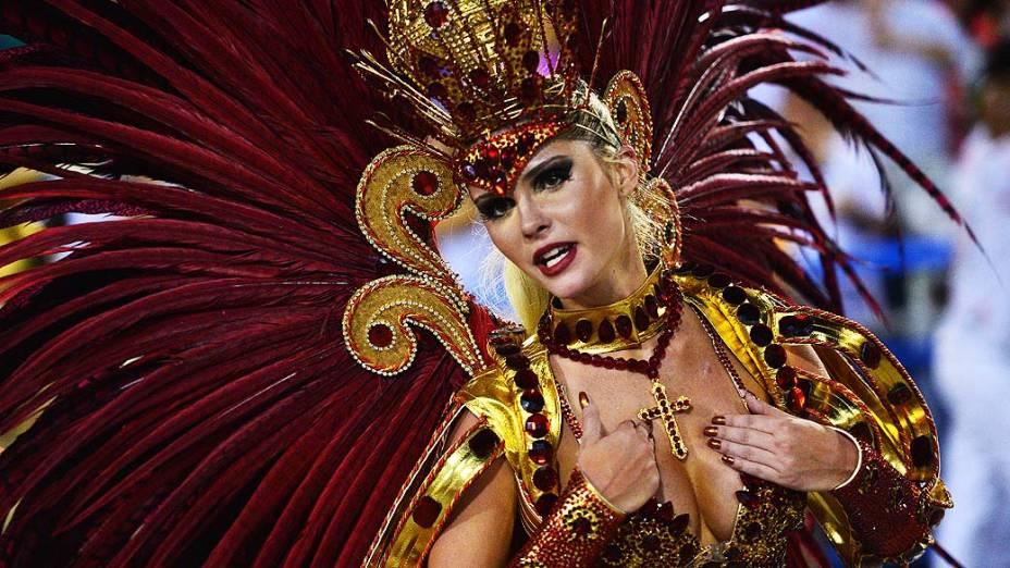 Bárbara Evans, musa da Grande Rio, na Marquês de Sapucaí no Rio de Janeiro (RJ), neste domingo (02)