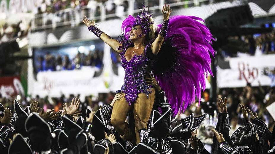 A atriz Suzana Vieira durante desfile da Escola de Samba Acadêmicos do Grande Rio pelo Grupo Especial, no Sambódromo Marquês de Sapucaí no Rio de Janeiro (RJ), neste domingo (02)