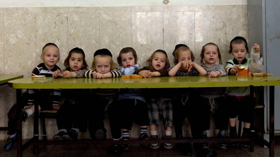 Crianças judias ultra-ortodoxas em escola para meninos em Jerusalém