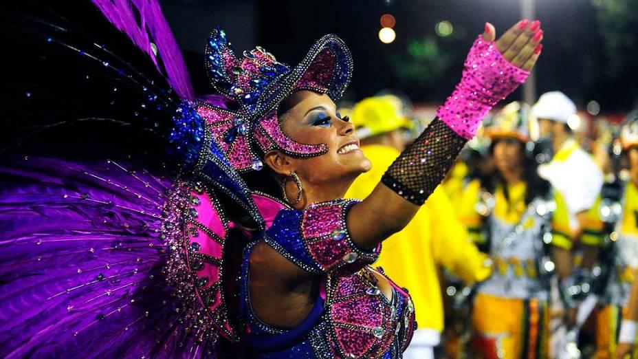 A rainha Raphaela Gomes durante desfile da Escola de Samba São Clemente pelo Grupo Especial, no Sambódromo Marquês de Sapucaí no Rio de Janeiro (RJ), neste domingo (02)