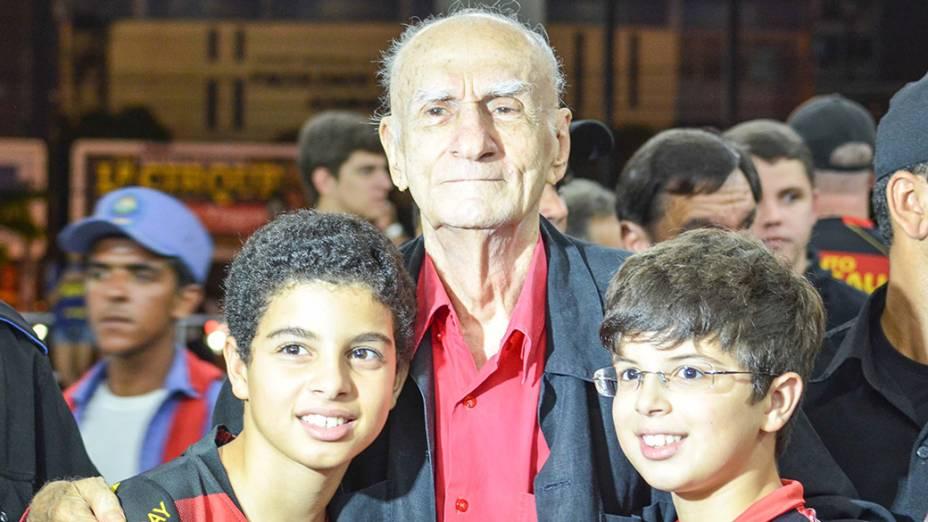 O escritor Ariano Suassuna conversa com crianças durante evento em Pernambuco, em 2013