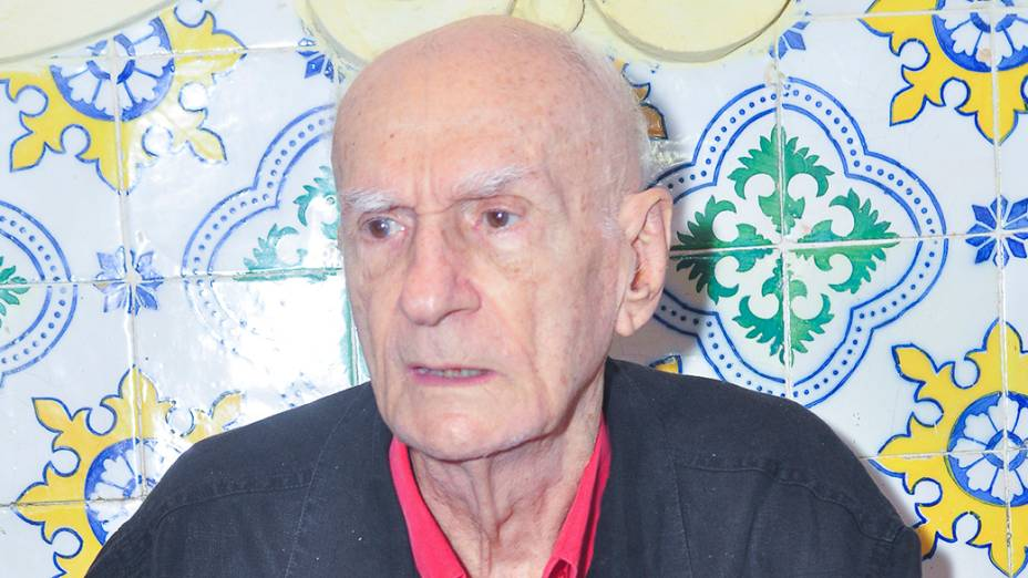 O dramaturgo, advogado, poeta e professor brasileiro, Ariano Suassuna é fotografado enquanto no clube de máscaras Galo da Madrugada, onde foi o homenageado deste ano, em Recife