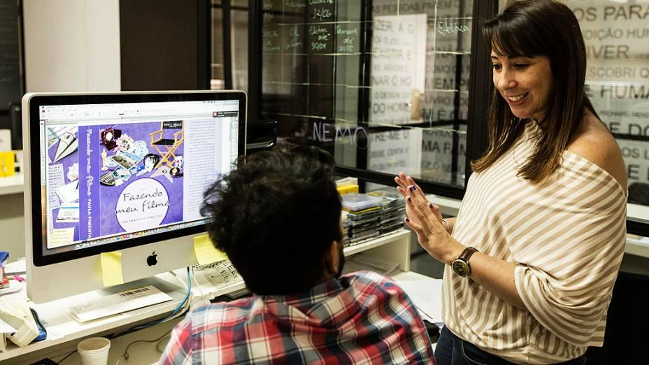 Paula conversa com o responsável pelo projeto gráfico da capa