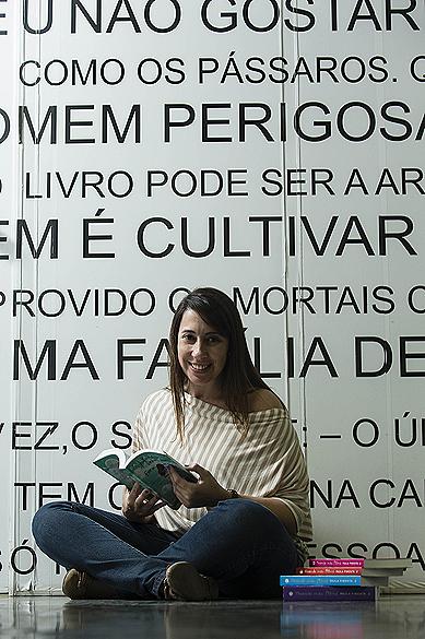 A escritora mineira Paula Pimenta na editora Gutenberg