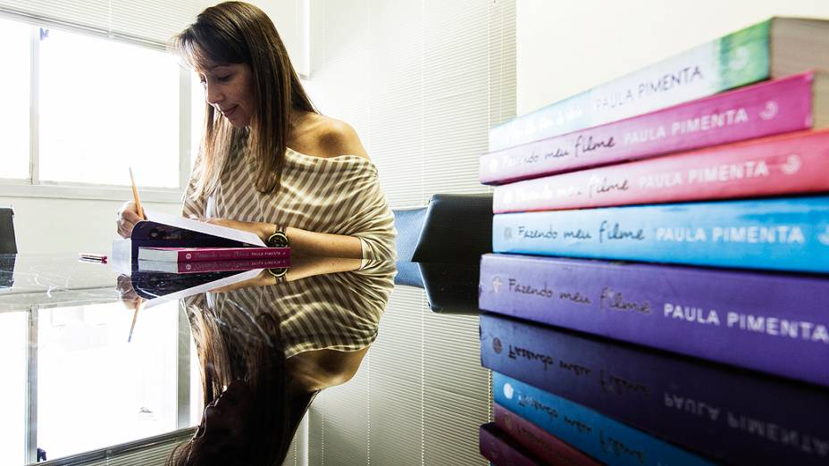 A escritora mineira Paula Pimenta autografa livro para leitor