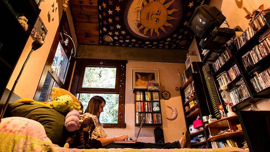 A escritora Paula Pimenta em seu quarto, em Belo Horizonte