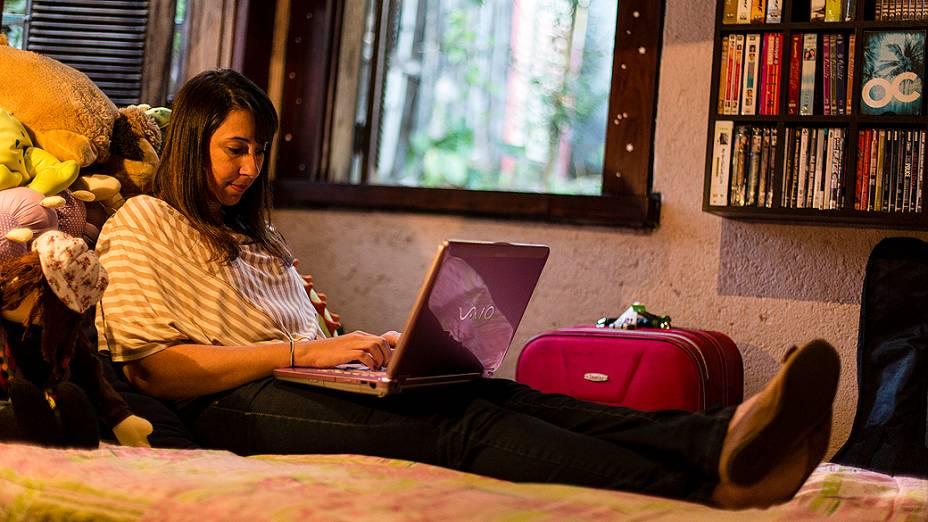 A escritora Paula Pimenta checa seus e-mails no seu quarto, em Belo Horizonte