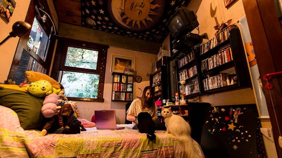 A escritora mineira com seus dois gatos em sua casa, em Belo Horizonte