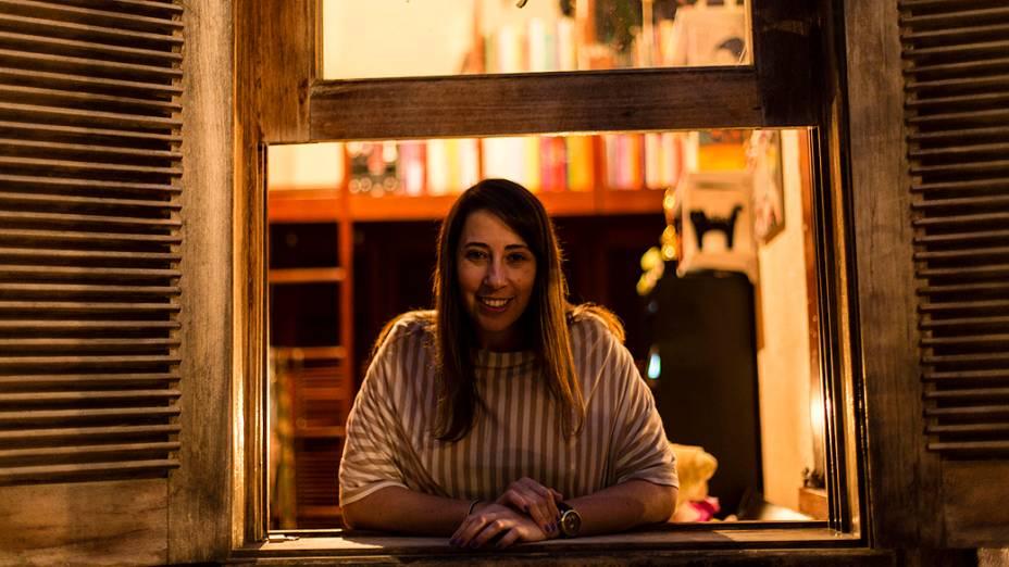 A escritora mineira Paula Pimenta em sua casa, em Belo Horizonte