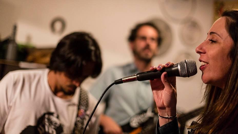 Paula Pimenta canta Baby, Baby durante ensaio da banda No Voice, liderada pelo irmão, Bruno, em Belo Horizonte