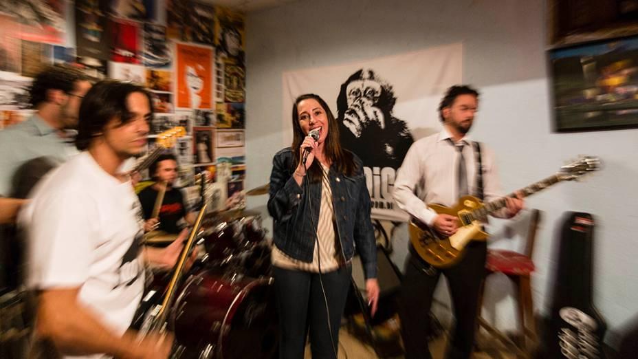 Paula Pimenta canta durante ensaio da banda No Voice, liderada pelo irmão, Bruno, em Belo Horizonte