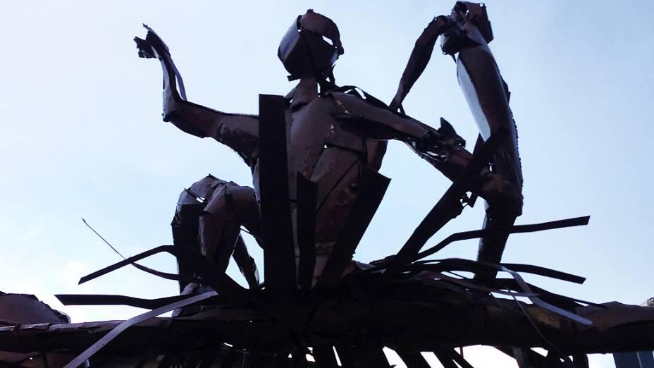 Escultura recém-inaugurada no centro de Joinville lembra a força da dança na cidade