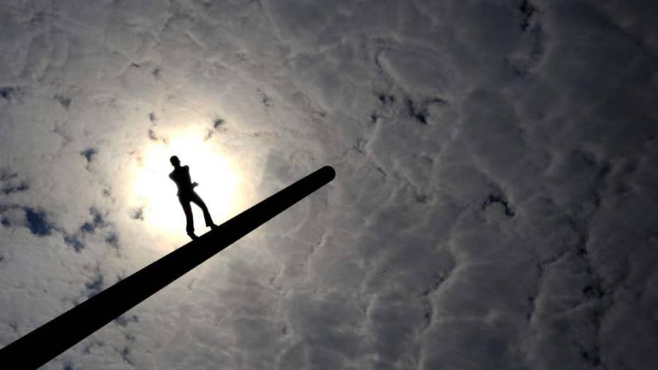 """Na cidade alemã de Kassel, escultura denominada """"Homem andando para o céu"""", do artista americano Jonathan Borowsky"""