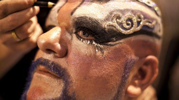 Um dos participantes do Gala Drag Queen, doCarnaval das Palmas de Gran Canaria, prepara-se para a apresentação - 17/02/2012