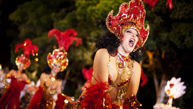 Participantes do concursos Ritmo e Harmonia, durante o desfile realizado em Santa Cruz de Tenerife, na Espanha - 18/02/2012