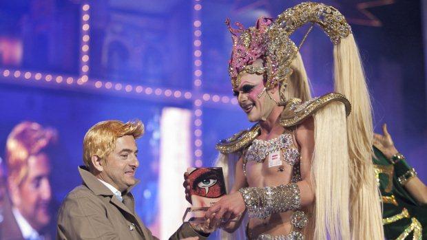 A drag queen Kuki recebe o prêmio de melhor fantasia do Carnaval das Palmas de Gran Canaria 2012, na Espanha - 17/02/2012