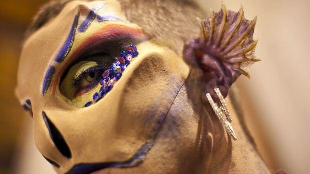 Um dos participantes do Gala Drag Queen, do Carnaval das Palmas de Gran Canaria, prepara-se para a apresentação - 17/02/2012