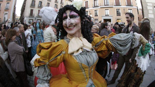 Mulher fantasiada com traje de época brinca o Carnaval na Praça de la Villa de Madrid, na Espanha - 17/02/2012