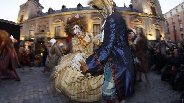 Casal vestido comtrajes de época brinca o Carnaval na Praça de la Villa de Madrid, na Espanha - 17/02/2012
