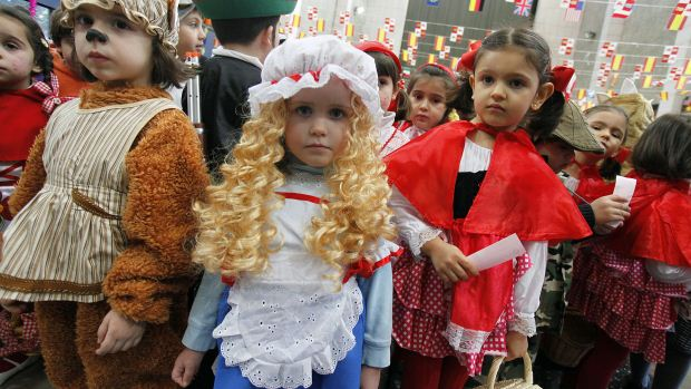 Alunos de uma escola de San Agustín, na Espanha, se fantasiam como personagens de fábulas infantis - 17/02/2012