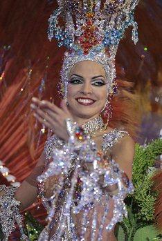 A candidata Fabiola Ver durante a competição de fantasia de gala para escolher a rainha do Carnaval de Tenerife 2012, em Santa Cruz de Tenerife, na Espanha - 15/02/2012