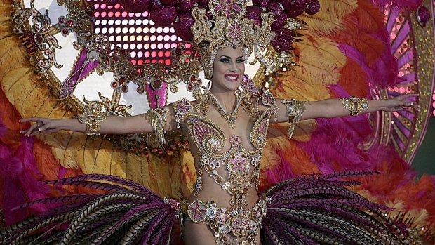 A candidata Guacimara Afonso durante a competição de fantasia de gala para escolher a rainha do Carnaval de Tenerife 2012, em Santa Cruz de Tenerife, na Espanha - 15/02/2012
