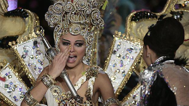 A candidata Carmen Gil, vencedora do concurso de fantasia de gala para escolher a rainha do Carnaval de Tenerife 2012, em Santa Cruz de Tenerife, na Espanha - 15/02/2012