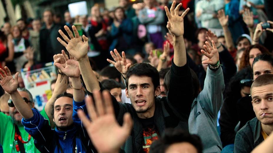 Manifestantes protestam nesta terça-feira (23) diante do Parlamento da Espanha, em Madri