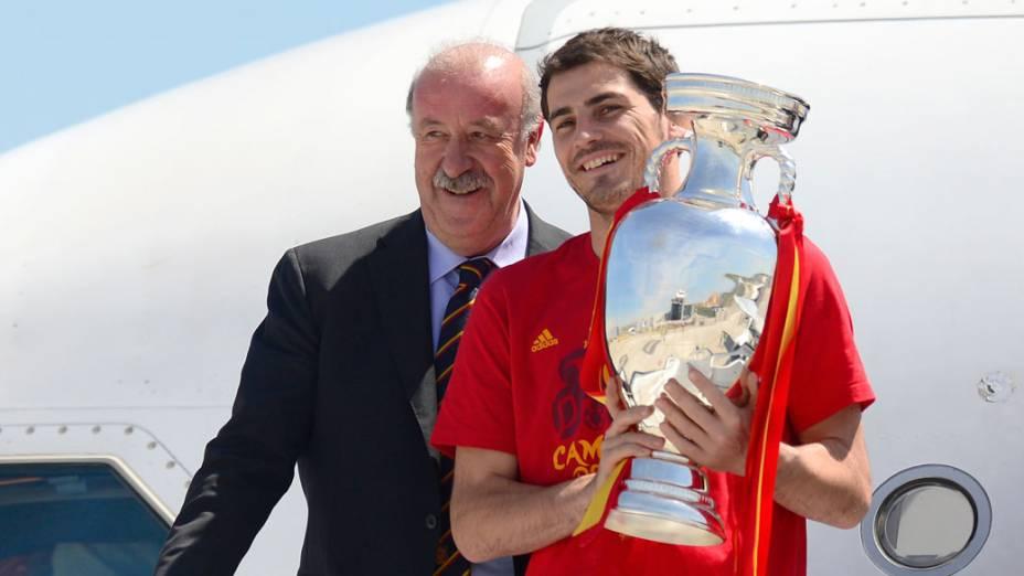 O treinador da Espanha, Vicente del Bosque, e o capitão do time, Iker Casillas, chegam ao aeroporto de Barajas, em Madri, com a taça da Eurocopa