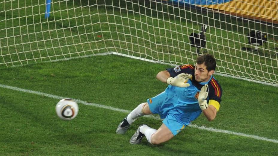 Iker Casillas, goleiro da Espanha, defende chute do ataque do Paraguai nas quartas de final. O jogo acabou em 1 a 0 para os espanhóis