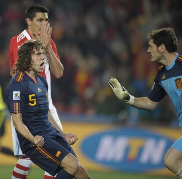 Carles Puyol grita com o goleiro Iker Casillas, durante jogo contra o Paraguai nas quartas de final. A Espanha ganhou a partida por 1 a 0