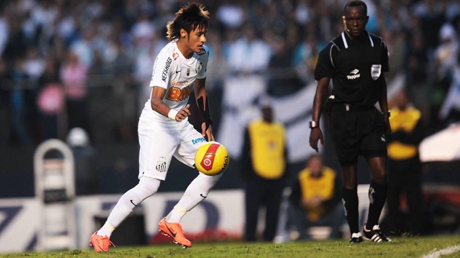 Neymar domina a bola com categoria; o Santos foi tricampeão paulista neste domingo